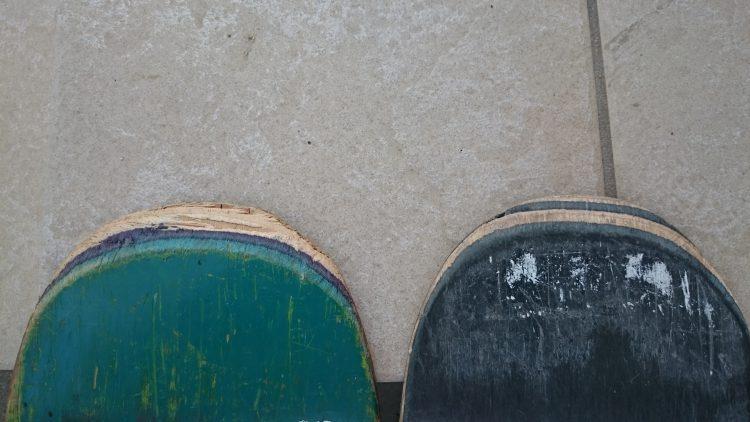 テールの割れた古いデッキと新しいデッキ