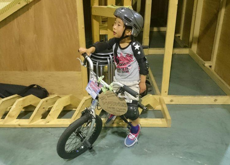 BMXに乗るじょにー次郎