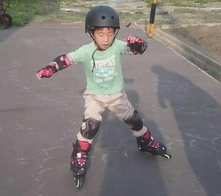 インラインスケートに挑戦するじょにー
