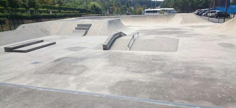 路面の乾いた中津川公園スケートパーク