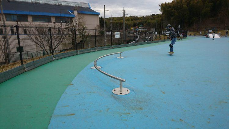 田辺公園スケートパークのカーブしてるレール